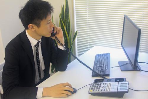 スタイルグループ男性スタッフ電話中 写真