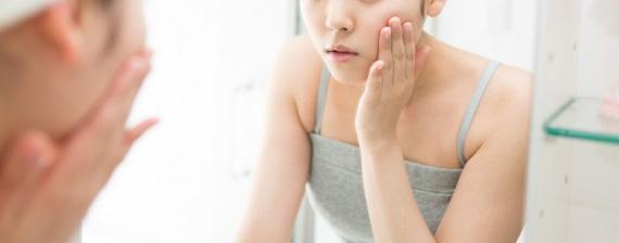 鏡を見て悩む女性 イメージ